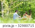 ピクニックを楽しむ家族 32980715