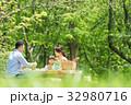 家族 ピクニック 新緑の写真 32980716