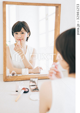 口紅を塗る女性 32981253