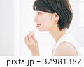 口紅を塗る女性 32981382