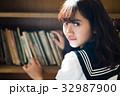 図書室 女子高生 32987900