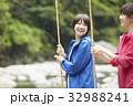 釣りを楽しむ女性 32988241