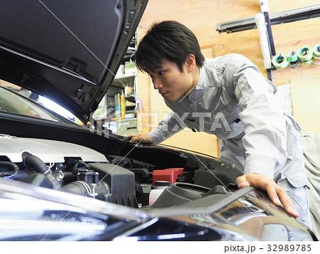自動車の点検をする整備士 32989785