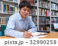 図書館で勉強をする学生 32990258