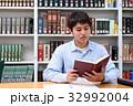 図書館で勉強する学生 32992004