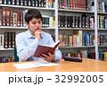 図書館で勉強する学生 32992005