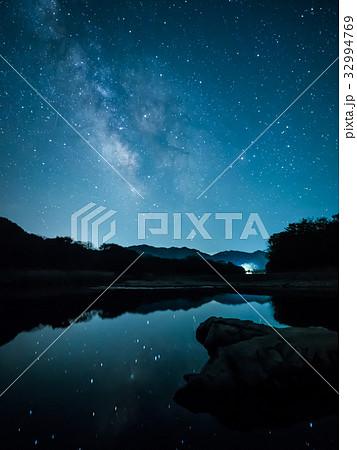 水面に映る星空 32994769