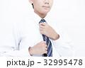 ネクタイを結ぶ男性 ボディパーツ パーツカット 32995478