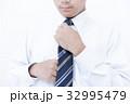 ネクタイを結ぶ男性 ボディパーツ パーツカット 32995479