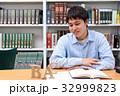 図書館で勉強する学生 アルファベット 32999823