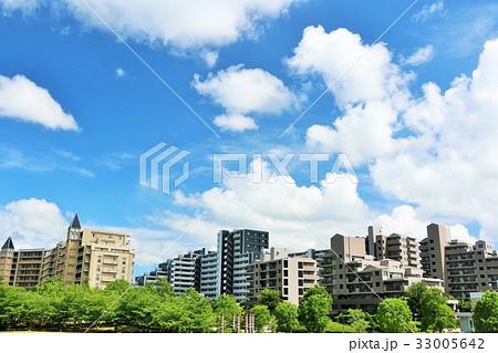 爽やかな夏の青空とマンションの風景 33005642