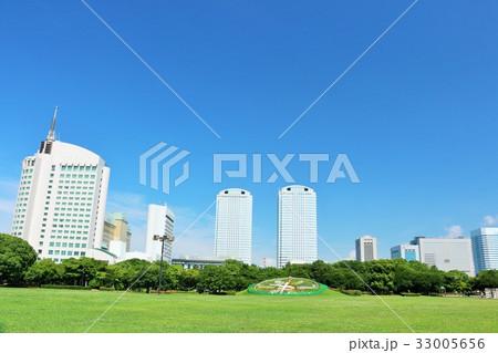 夏の青空と街の広い公園 33005656