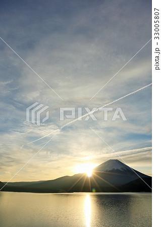 朝の太陽と飛行機雲 そして富士山 33005807