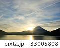 朝の太陽と飛行機雲 そして富士山 33005808