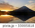 逆さ富士と夜明けの朝日 33005818