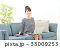 女性 ソファー ノートパソコンの写真 33009253