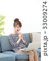 女性 ソファー ノートパソコンの写真 33009274