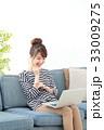 女性 ソファー ノートパソコンの写真 33009275