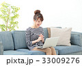 女性 ソファー ノートパソコンの写真 33009276