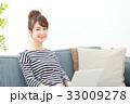 女性 ソファー ノートパソコンの写真 33009278