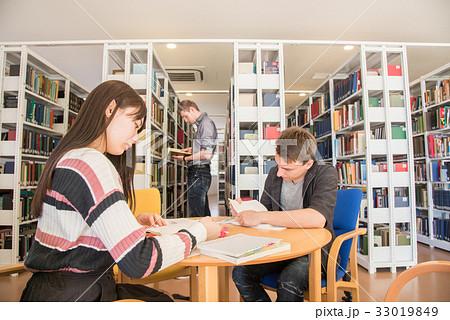 図書館で勉強するドイツ人留学生 33019849