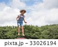 トランポリンで遊ぶ女の子 33026194