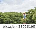 トランポリンで遊ぶ女の子 33026195
