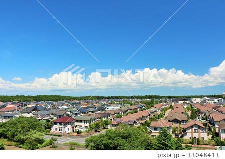 夏の青空 綺麗な住宅街の風景 33048413