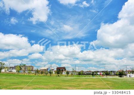 青空の街と公園風景 33048415