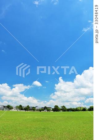 夏の気持ちいい青空と公園の風景 33048419