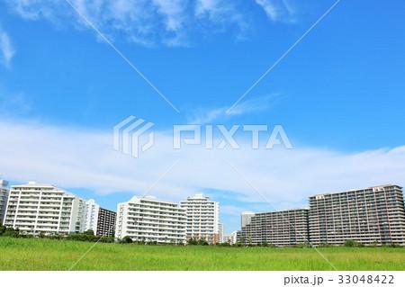 秋晴れの青空 街のマンション 33048422