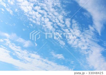秋晴れの青空と白い雲 33048425