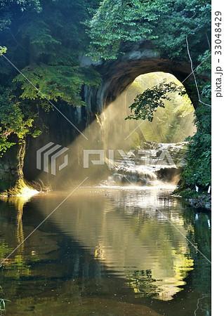 千葉県 亀岩の洞窟からのハートの光 33048429