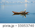 タイ湖を走る小舟 33053740