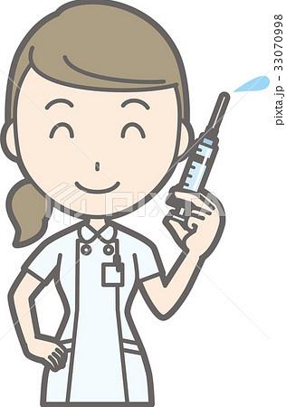 白衣を着た看護師が注射器を持っているイラスト 33070998