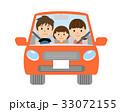 自動車を運転する家族 33072155