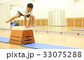 跳び箱を飛ぶ子供 33075288