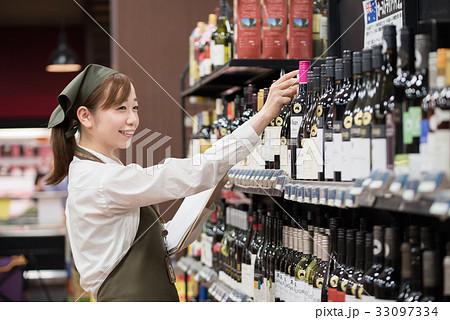 若い女性 (スーパーの店員) 33097334