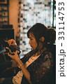 マニュアルカメラ カメラマン 女性の写真 33114753