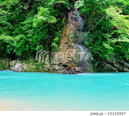 山奥の秘境 エメラルドグリーンの川の楽園 33120997