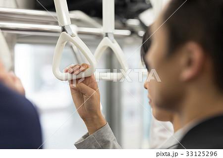 通勤電車内でつり革をつかむ女性の手 撮影協力「京王電鉄株式会社」 33125296