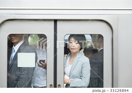 通勤電車内のOL 撮影協力「京王電鉄株式会社」 33126894