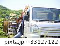 田植え トラック荷台で休憩する女性 33127122