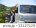 田植え 休憩 水分補給をする女性 33127128