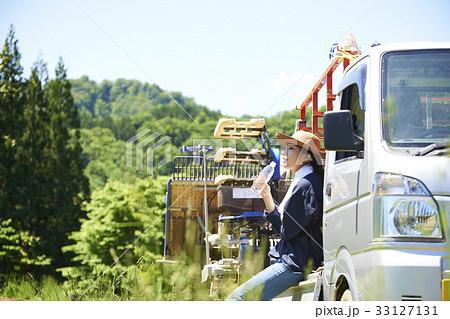 田植え 休憩 水分補給をする女性 33127131