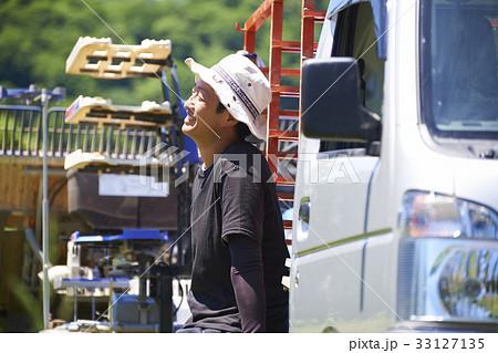 田植え トラック荷台で休憩する男性 33127135