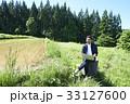 男性 パソコン 畑の写真 33127600