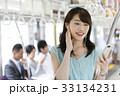 電車 女性 イヤホンの写真 33134231