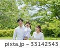 新緑の公園で遊ぶ3人家族 33142543