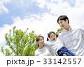 新緑の公園で遊ぶ3人家族 33142557